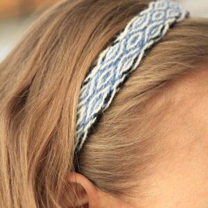 Kõlapaelaga kaunistatud peavõru